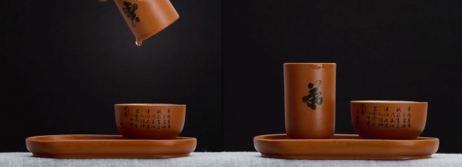 Now the scent cup is removed from the drinking cup (left) and we can sniff the cup to enjoy the tea aroma. On the right the drinking cup is full of tea to be appreciated. Enjoy the tea!